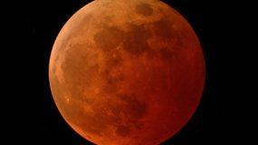 Μοναδικό υπερθέαμα τα ξημερώματα της Δευτέρας: Πανσέληνος, ολική έκλειψη και σούπερ φεγγάρι!