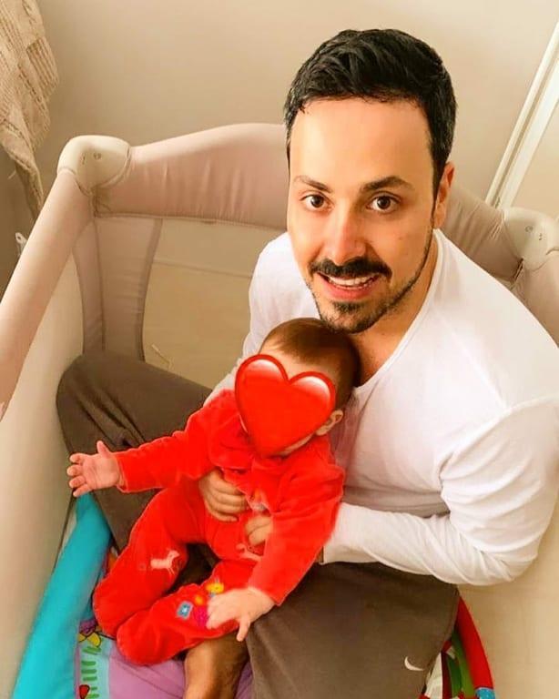 Πέτρος Κουσουλός: Μπήκε στην Κούνια και Πόζαρε αγκαλιά με την Κόρη του! [φωτο]