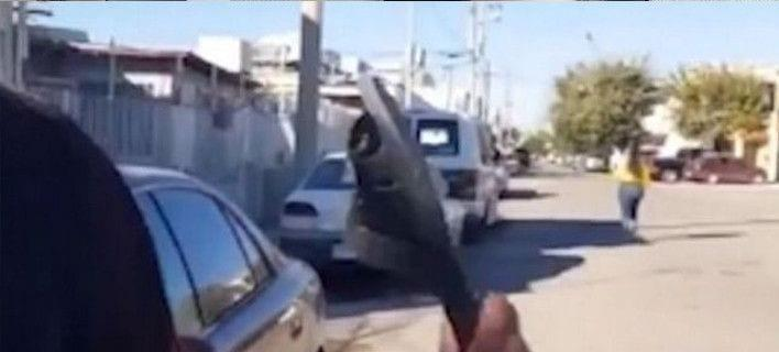 Viral: Μητέρα με σημάδι -Πετά τη σαγιονάρα και πετυχαίνει την κόρη της στα 30 μέτρα [βίντεο]