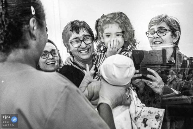Συγγενείς βλέπουν τα νεογέννητα για πρώτη φορά. Δείτε τις μοναδικές αντιδράσεις τους (pics)