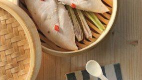 Φιλέτο κοτόπουλο στον ατμό με λεμονόχορτο και σάλτσα ρόκας