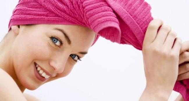 Λιπαρά μαλλιά: Αντιμετώπιση και tips για να περιορίσετε τη λιπαρότητα