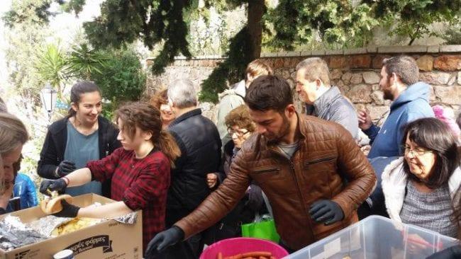 Γιώργος Αγγελόπουλος: Αγκαλιά με το έπαθλο του Survivor στους Αγίους Ισιδώρους (εικόνες)