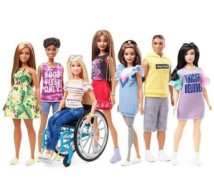 Η καλή είδηση της ημέρας: Η Barbie κάθεται για πρώτη φορά σε αναπηρικό αμαξίδιο