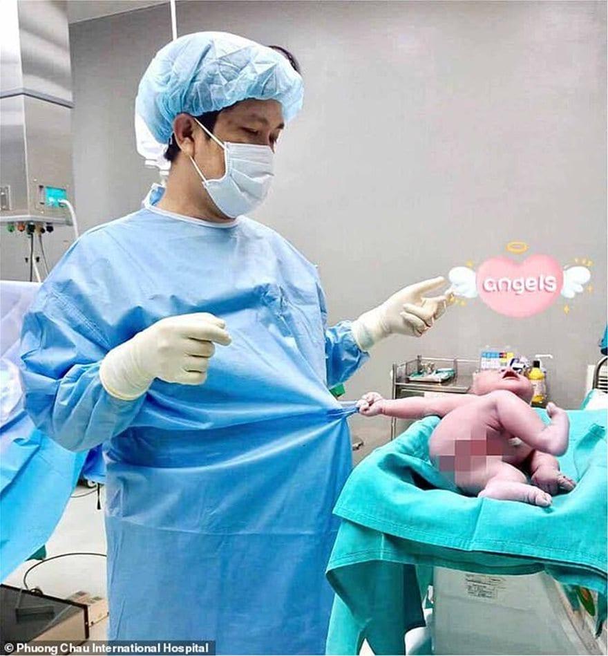 Δείτε τη viral φωτογραφία του «ζόρικου» νεογέννητου που... δεν αφήνει τον γιατρό να φύγει