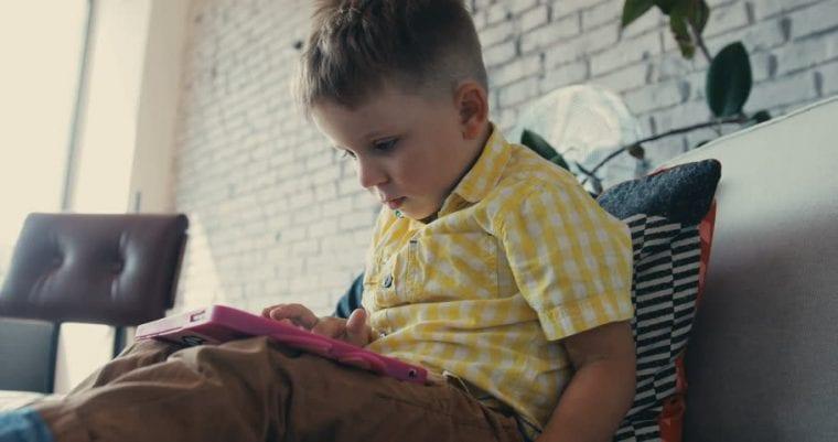 Μην αφήνετε το παιδί να κάθεται στο κρεβάτι του με τα ρούχα που φορά στο σχολείο!