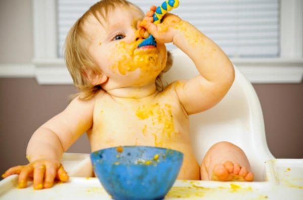 Πότε τελικά πρέπει να  εισάγουμε στέρεες τροφές στα μωρά;Η παιδίατρος απαντά