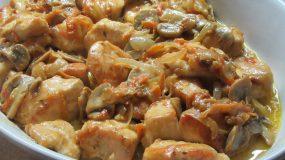 Κοτόπουλο με λαχανικά και σάλτσα από κρασί και κρέμα γάλακτος
