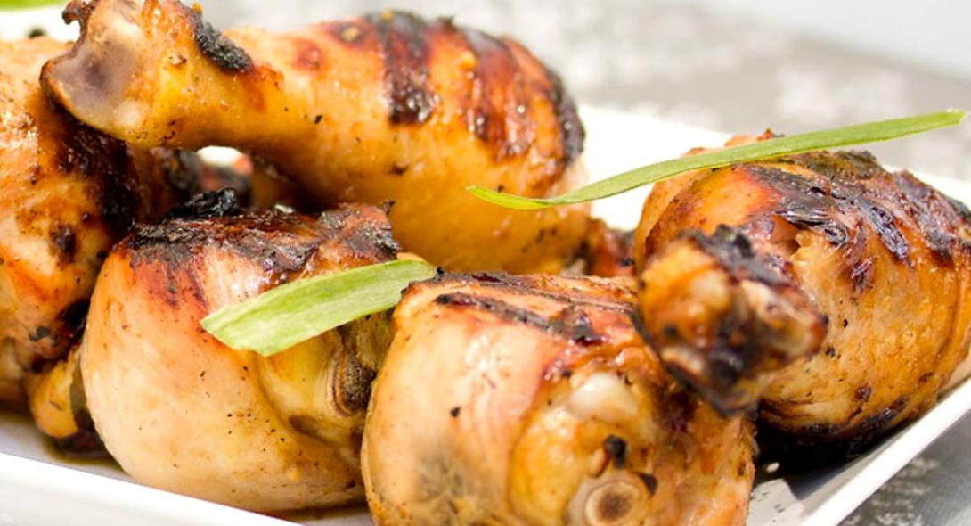 Συνταγή για μαριναρισμένο κοτόπουλο στη σχάρα από τον Δημήτρη Σκαρμούτσο
