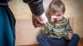 Η ελληνική αστυνομία στο πλευρό kακοποιημένων παιδιών: Μια σημαντική πρωτοβουλία που αξίζει να διαδοθεί