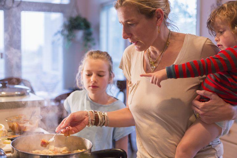 Αν είσαι μαμά, ίσως έχεις φάει ήδη την πρώτη χυλόπιτα της υποτίμησης
