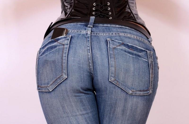 Το απόλυτο ψηλομεσο τζιν παντελόνι που κάνει τους τέλειους γλουτούς