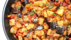 Νηστισιμη συνταγή - Μελιτζάνες με πατάτες κοκκινιστές