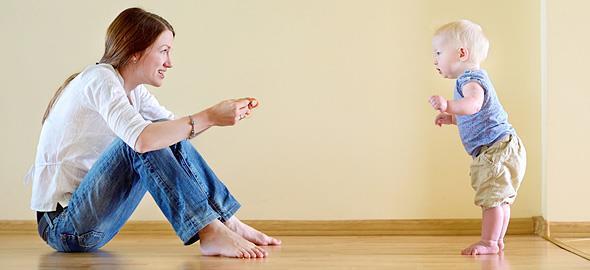 Περπατάει στις μύτες των ποδιών; Ο γιατρός εξηγεί γιατί το κάνει και πότε είναι ανησυχητικό