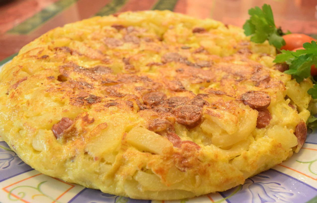 Ομελέτα με λουκάνικα και πατάτες .Το τέλειο και γρήγορο πιάτο