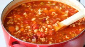 Πεντανόστιμη Κόκκινη σούπα με κοφτό μακαρονάκι που μυρίζει γιαγιά