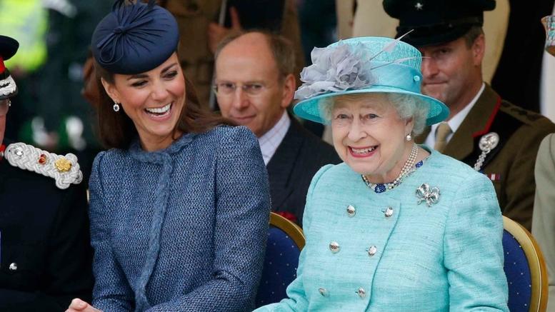 Η βασίλισσα Ελισάβετ δίνει την υψηλότερη διάκριση στην Κέιτ
