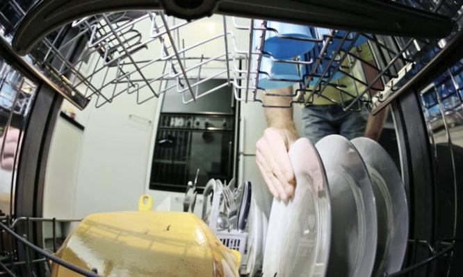 Έβαλε κάμερα μέσα σε πλυντήριο πιάτων – Δείτε τι κατέγραψε (Vid)