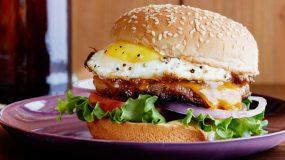Φτιάξε στο σπίτι το θεϊκό burger με αυγό της Αργυρώς