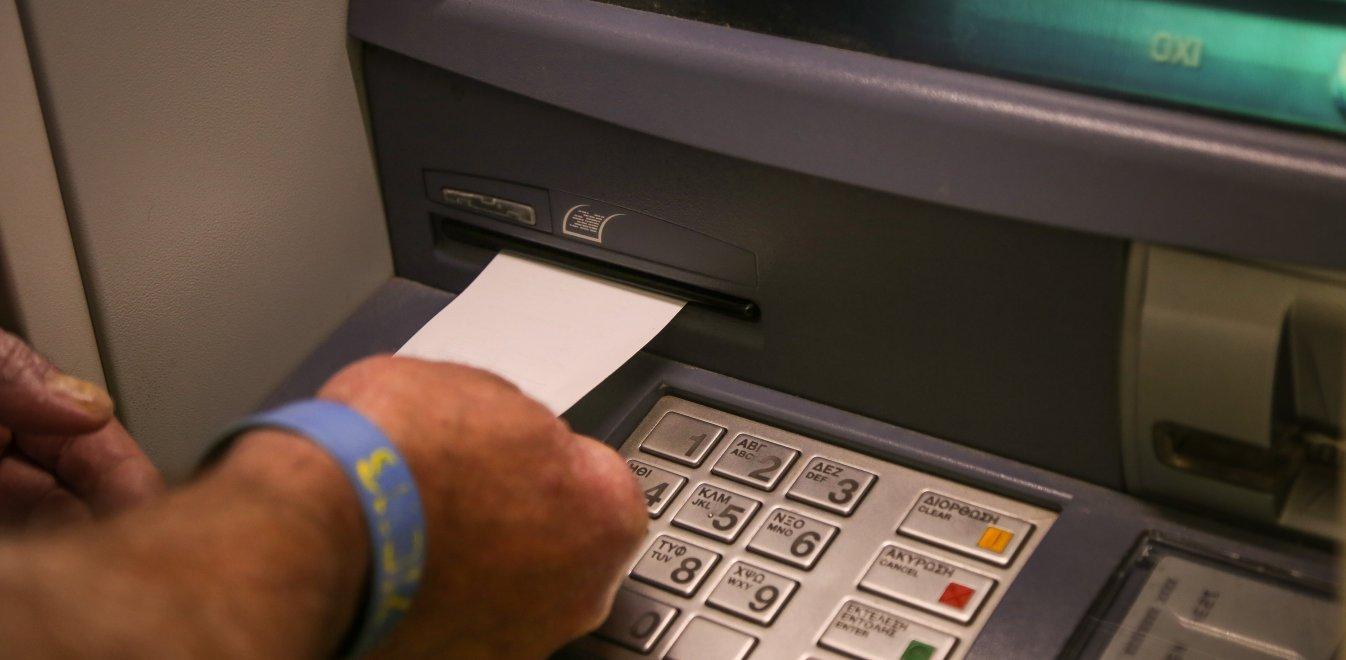 Ξεκίνησε η χρέωση στις αναλήψεις από ATM – Τι ισχύει για την Ελλάδα