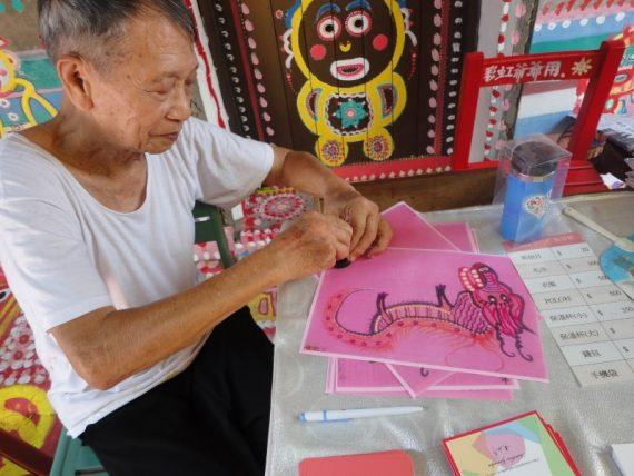 Ο 97χρονος που έσωσε ένα ολόκληρο χωριό από την κατεδάφιση ζωγραφίζοντας κάθε σπιθαμή του (εικόνες)