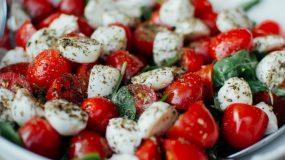 Οι πιο καλοκαιρινες σαλάτες με ντομάτα 5 συνταγες που πρέπει να δοκιμάσεις