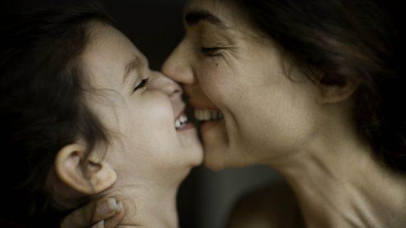 Η μητρότητα στις νέες γυναίκες: Βγες από το τρυπάκι της τελειότητας που προβάλλει η οθόνη και πάλεψε τη μοναξιά με φίλους!