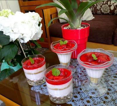 Μαμαδίστικο γλυκάκι φράουλα σε ποτήρι