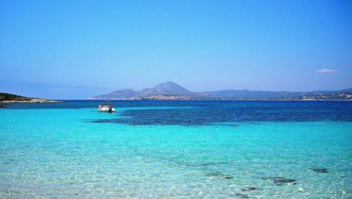 Δεν βλέπεις το βυθό: Το νησί-όνειρο με τους 2 κατοίκους και την πιο άγρια παραλία στην Ελλάδα (εικόνες)