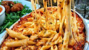 Κολασμένες πένες φούρνου με τυριά και σάλτσα