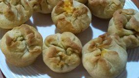 Ψωμάκια με πουρέ πατάτας, τσένταρ και μπέικον