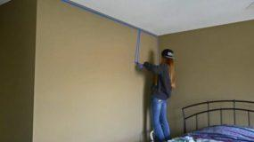 Κολλάει ταινίες στον τοίχο και αρχίζει να βάφει! Δοκιμάστε το και εσείς και θα εκπλαγείτε με το αποτέλεσμα