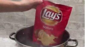 Ομελέτα φτιαγμένη σε σακουλάκι με πατατάκια!