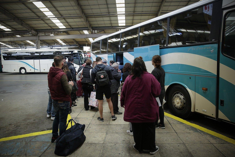 Ανήκουστο: Οδηγός ΚΤΕΛ πέταξε έξω από το λεωφορείο μαθητές επειδή το λέρωσαν και ανάγκασε φίλη τους να το καθαρίσει
