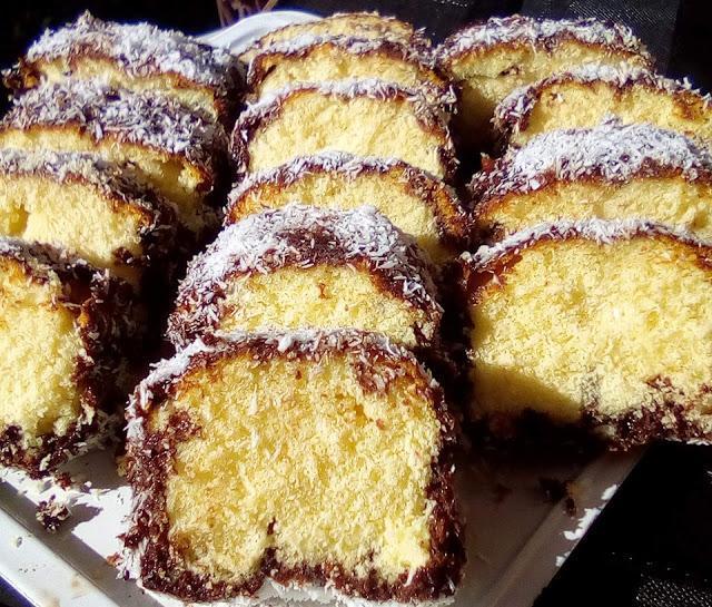 Κέικ βουτηγμένο σε σοκολάτα και καρύδα !!!