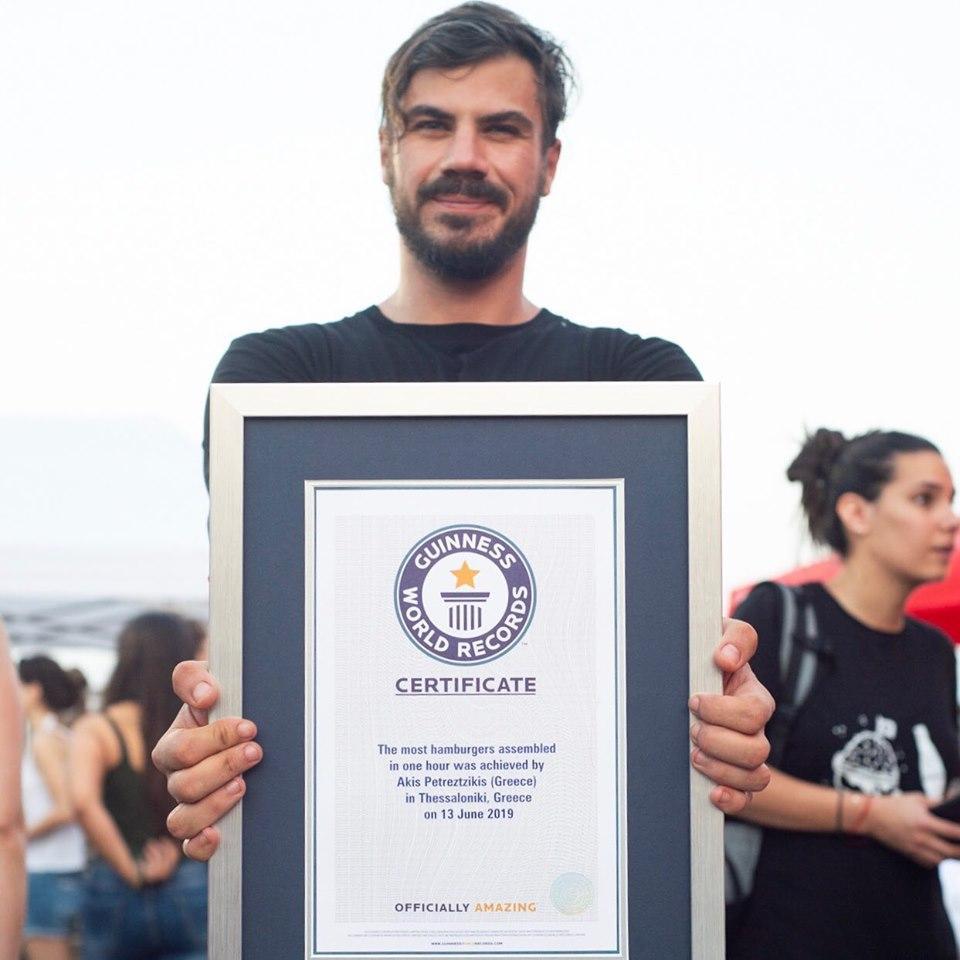 O Άκης Πετρετζίκης μπήκε στο βιβλίο Guinness – Έφτιαξε 3.378 hamburgers σε μια ώρα