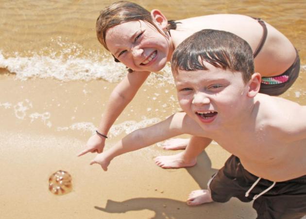 Παιδί και θάλασσα- Πρώτες βοήθειες αν πατήσει τσούχτρα, μέδουσα ή πάθει κράμπα. Όσα πρέπει να γνωρίζουμε από τον Σ. Μαζάνη