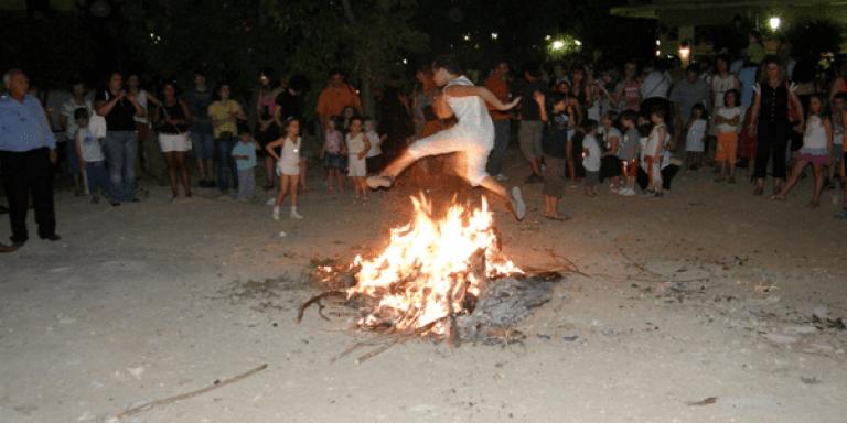 Αϊ Γιάννης ο Κλήδονας- Το δημοφιλέστερο έθιμο του καλοκαιριού με τις φωτιές στις 24 Ιουνίου