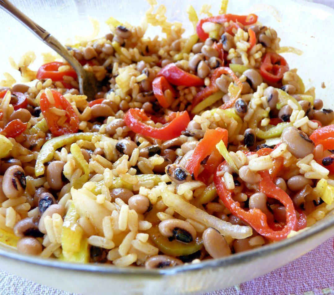 Δροσερή σαλάτα με μαυρομάτικα και ρύζι