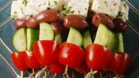 Η απολυτή καλοκαιρινή σαλάτα για το μπούφε σας.Χωριάτικη σαλάτα σε σουβλάκι