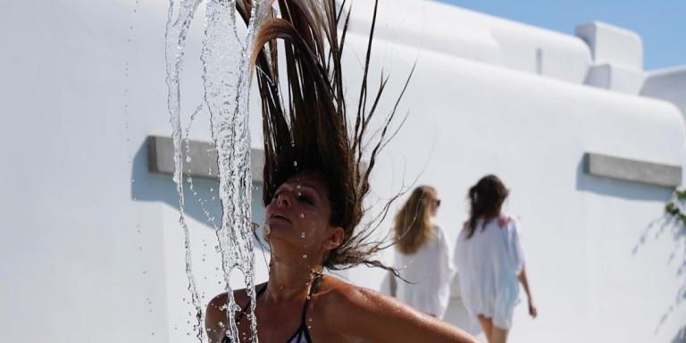 Η Βίκυ Κουλιανού στα 52 της αποδεικνύει ότι once top model, always top model -Με μπικίνι, έχει ΤΟ κορμί (εικόνα)