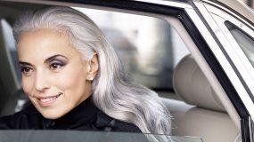 Το 63χρονο μοντέλο που έχει καταρρίψει τους ηλικιακούς νόμους της φύσης σου λέει το μυστικό της