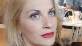 Η Θεοφανία Παπαθωμά ποζάρει με μαγιό στα 47 της και μας αφήνει με το στόμα ανοιχτό