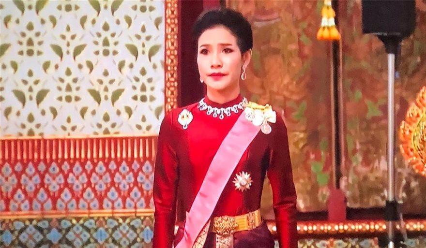 Ταϊλάνδη: Ο «βασιλιάς με το μπουστάκι» παρουσίασε στο λαό την ερωμένη του έχοντας δίπλα του τη βασίλισσα σύζυγό του