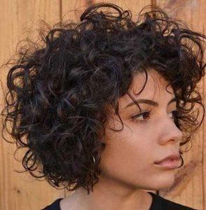 Έχετε κοντά σγουρά μαλλιά; Δείτε 18 χτενίσματα μόνο για σας!