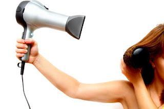 Πιστολάκι για τα μαλλιά: 10 Κόλπα για τέλειο αποτέλεσμα