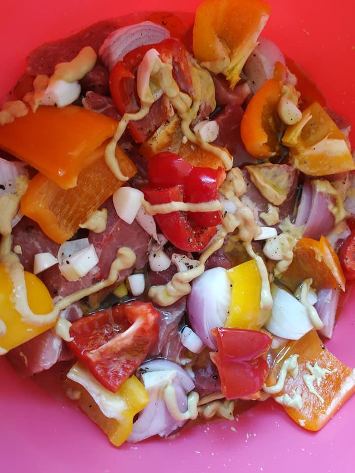 Χοιρινό στην λαδόκολλα με λαχανικά και ζακυνθινη γραβιέρα λαδιού