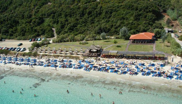 Όλοι θέλουν να πάνε εκεί: Η παραλία-όνειρο που παλεύεις για μια ξαπλώστρα (Pics)