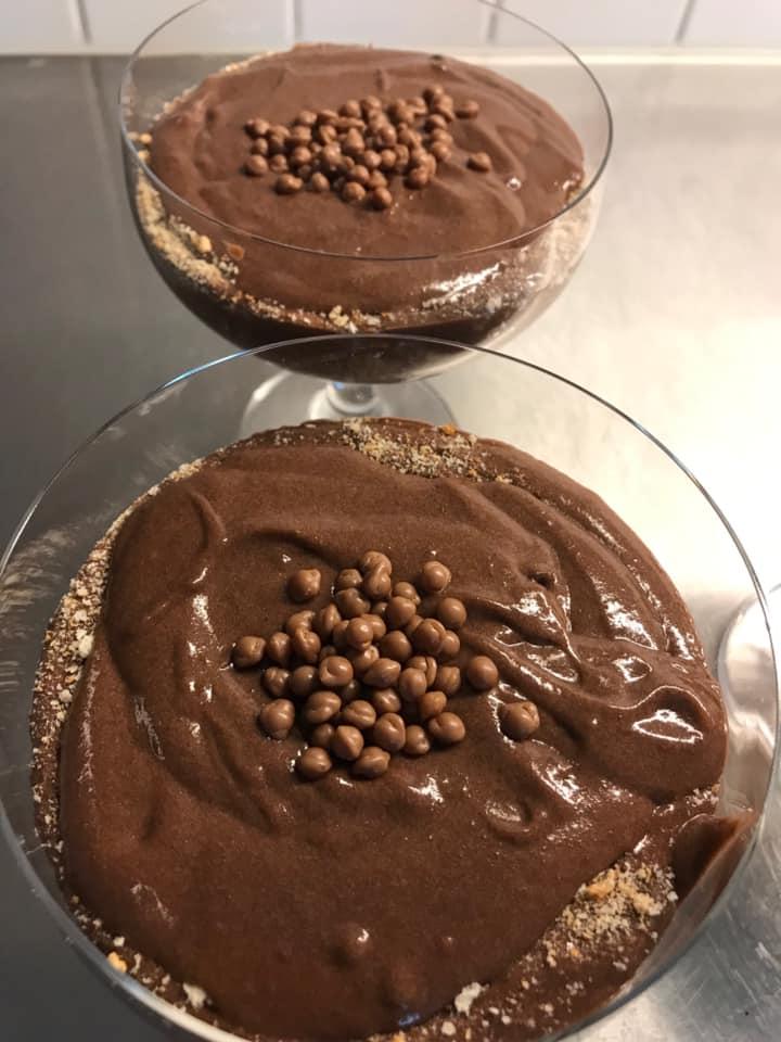 Σοκολάτα με τριμμένο μπισκότο στο ποτήρι σε λίγα μόλις λεπτά