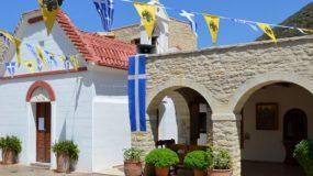 Κρήτη: Δεκαπενταριστές έφτασαν στην Παναγιά Χαρακιανή -Το έθιμο με τις αυτοσχέδιες καλύβες (εικόνες)